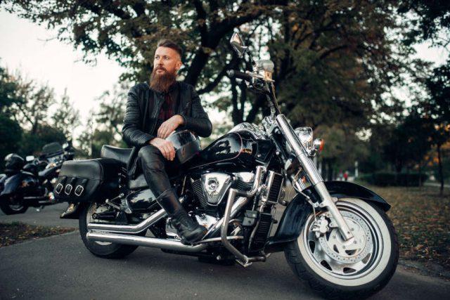 Motociclista su moto con accessori